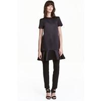 H&M Satynowa sukienka z falbaną 0440029002 Czarny